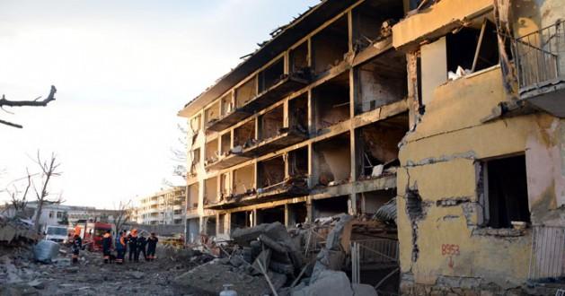 Çınar'dabonba yüklü araçla polis lojmanına saldırdılar.