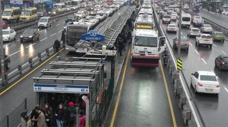Metrobüs arızası trafiği kilitledi