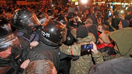 Milletvekilleriyle polisler birbirine girdi